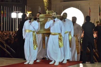 """Oficiantes carregam uma espécie de réplica da Arca da Aliança na Cerimônia de Inauguração do assim chamado """"Templo de Salomão"""" no Brás em São Paulo, dia 31 de agosto de 2014 (foto: Agência Estado)."""