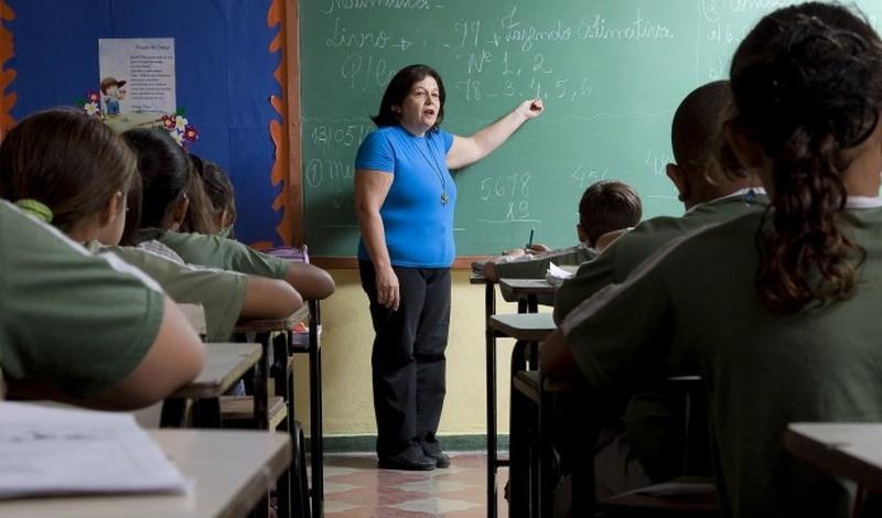 Resultado de imagem para professor em sala de aula